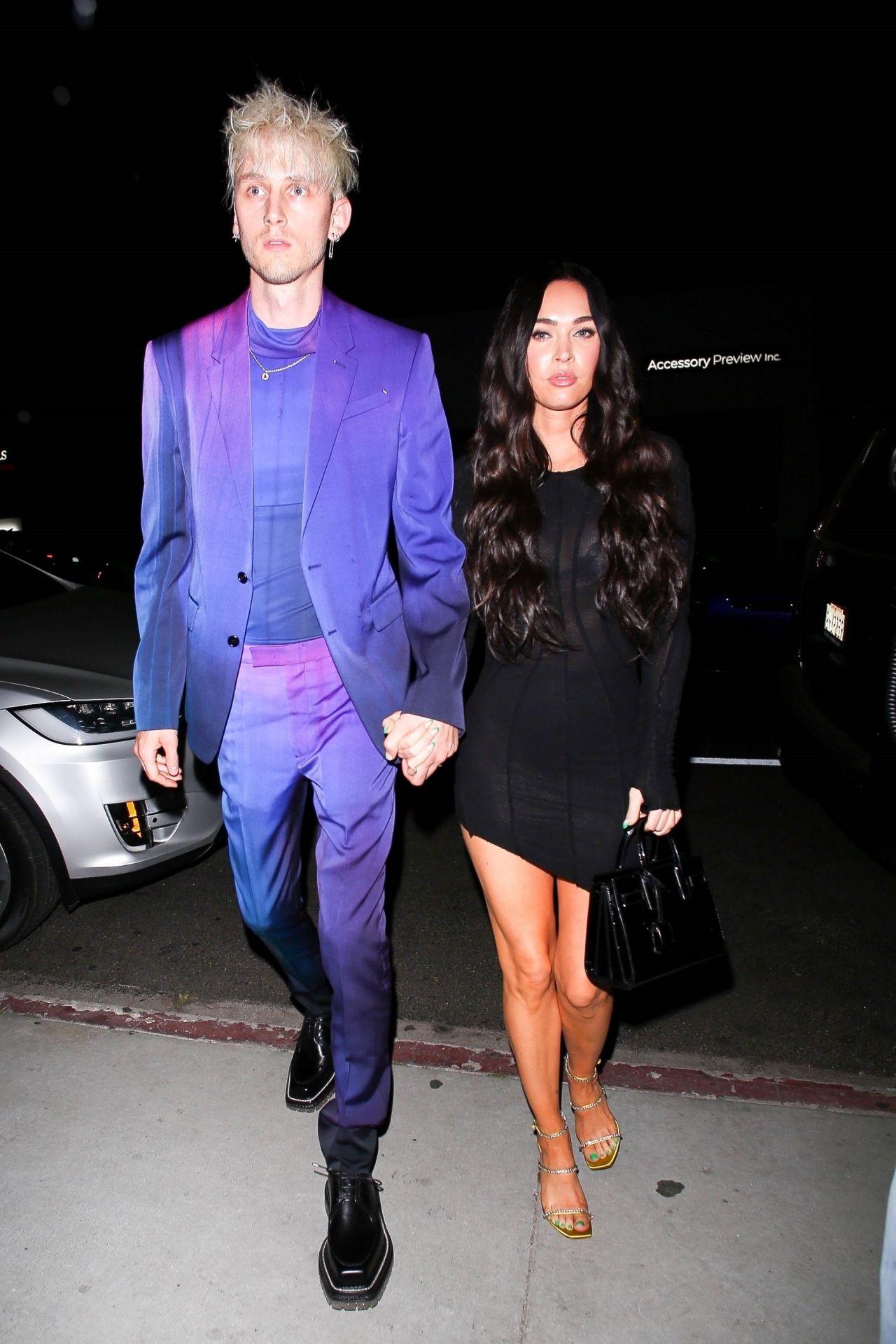 """Американская 34-летняя актриса Меган Фокс и американский 30-летний рэпер Machine Gun Kelly в ресторане """"Nice Guy"""" в Западном Голливуде (08.04.2021)"""
