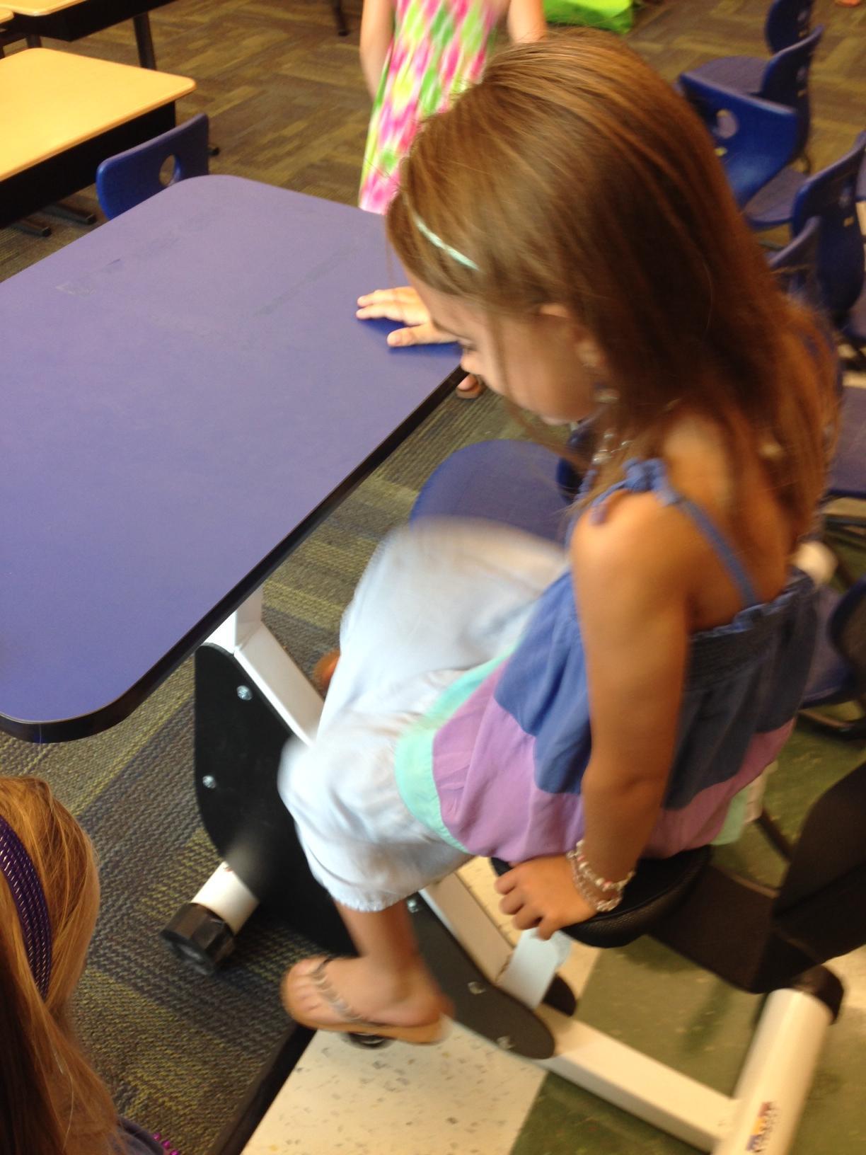 Ученицу на парте учитель 13 фотография