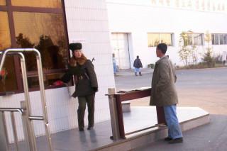 Проходная у пивзавода Тэдонган в Пхеньяне