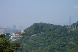 Вид на небоскрёб 101 с холмов Маокуна