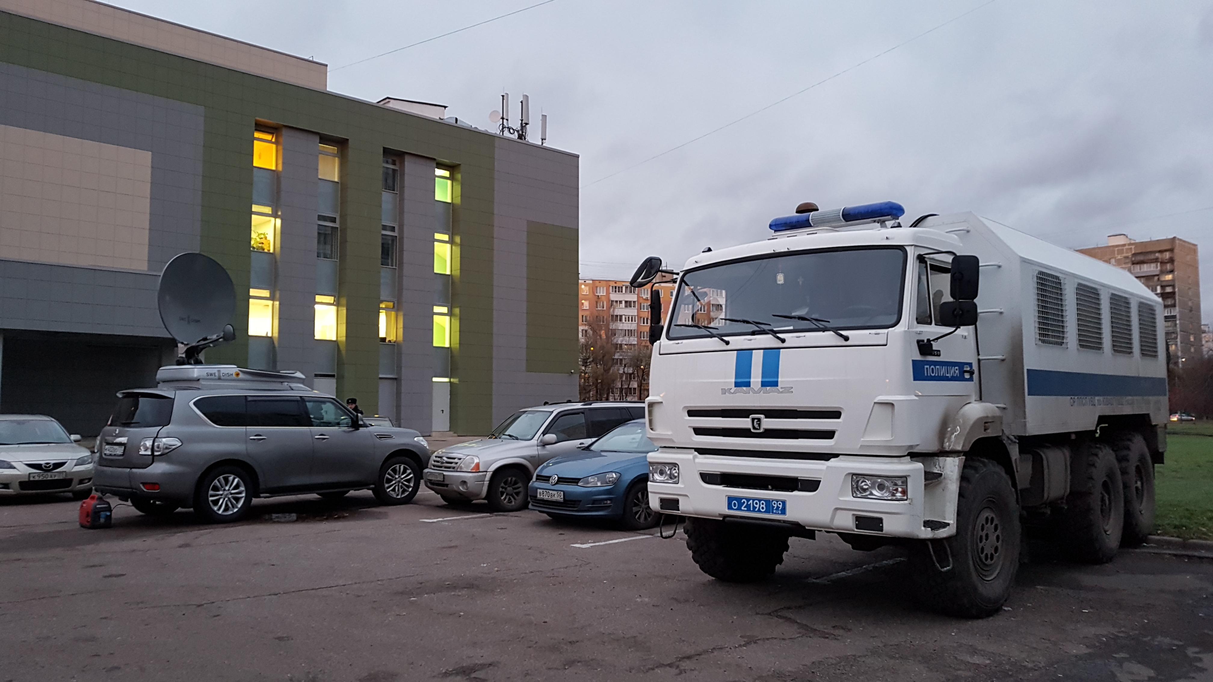 """Автозак у кинотеатра """"Тула"""". (01 ноября 2017 года) Фото: Рустам Билялов"""