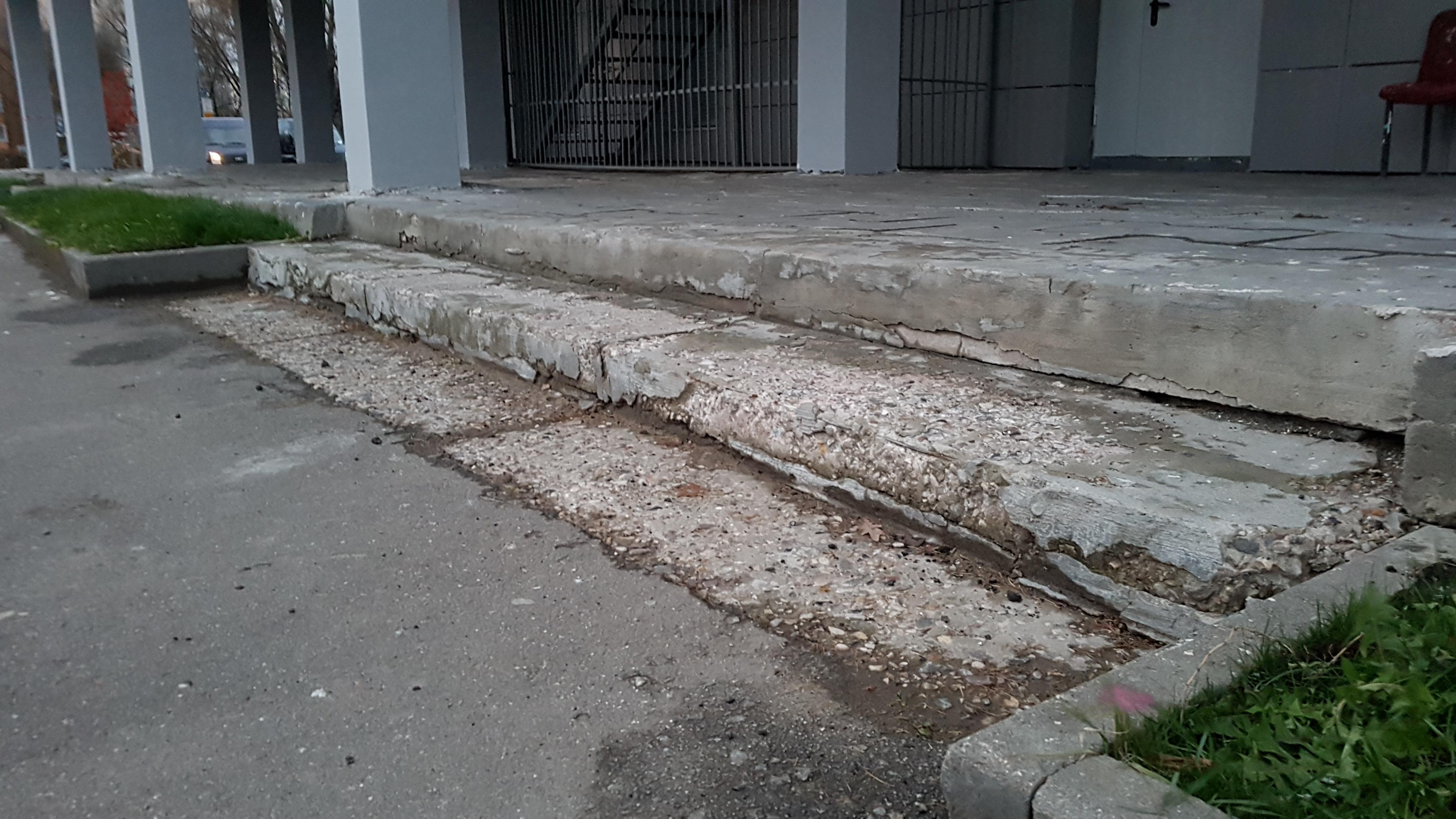 """Лестница со стороны запасного входа в кинотеатр """"Тула"""". (01 ноября 2017 года) Фото: Рустам Билялов"""