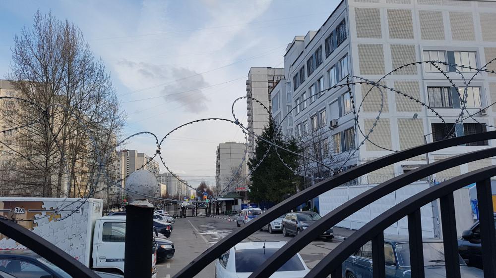 На фото: слева - территория общего пользования, захваченная полицией; справа - здание ОМВД по району Марьино. Фото: Рустам Билялов