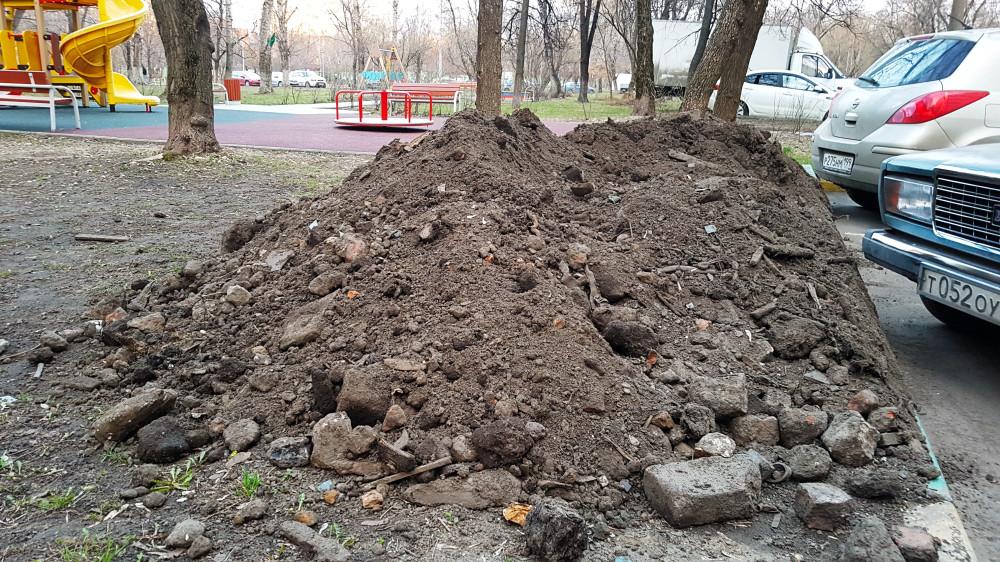 Загрязнённый грунт вперемешку со строительным мусором (ул. Полбина, д. 24). Фото: Рустам Билялов