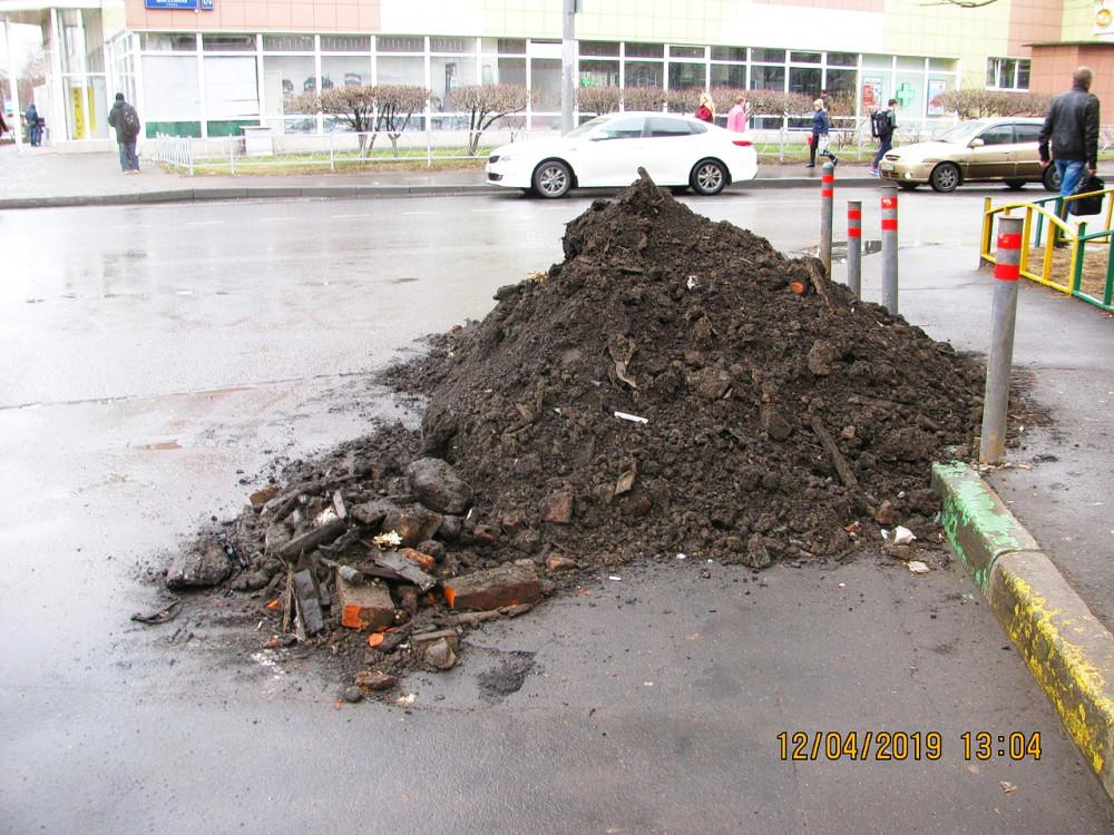 Загрязнённый грунт вперемешку со строительным мусором (ул. Шоссейная, д. 4, корп. 1). Фото: Елена Лебедева