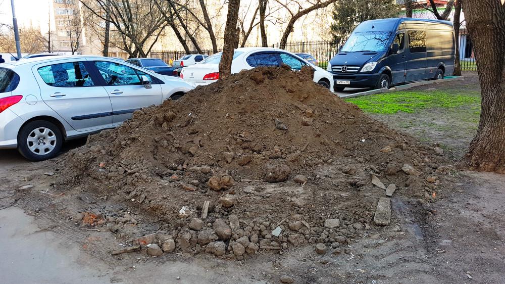 Загрязнённый грунт вперемешку со строительным мусором (ул. Шоссейная, д. 42). Фото: Рустам Билялов