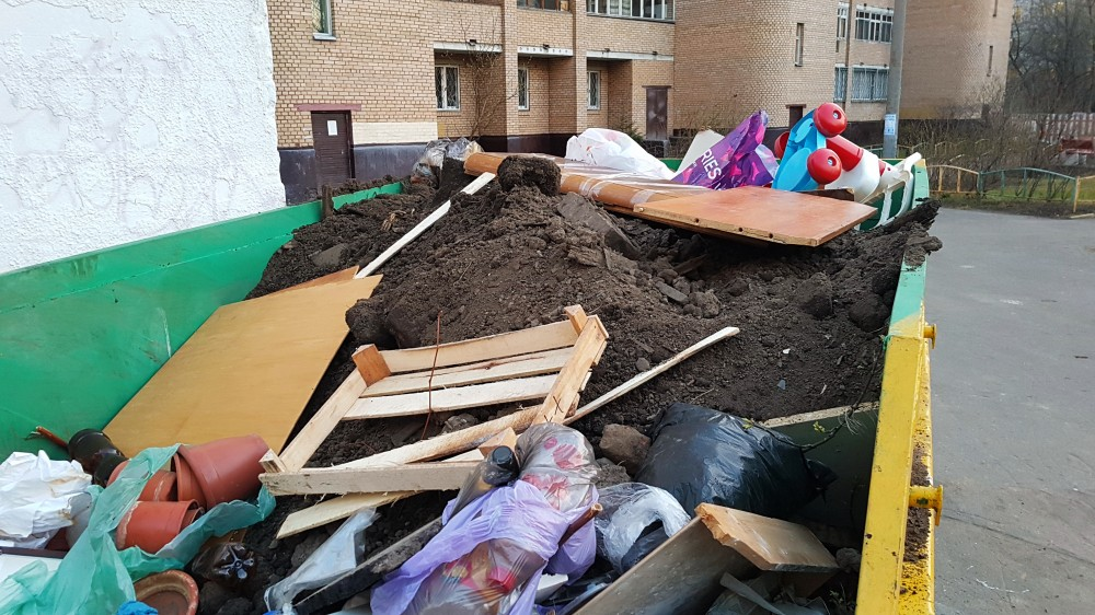 Строительный мусор, убранный с газона, в мусорном контейнере (ул. Шоссейная, д. 42). Фото:  Рустам Билялов