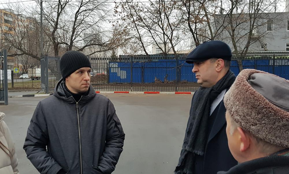 Муниципальный депутат района Печатники Виталий Третьюхин общается с Шамилем Гурбановым. Фото: Рустам Билялов