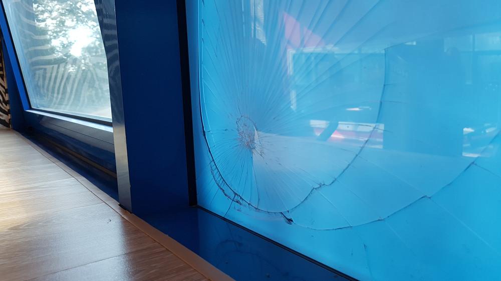 Разбитое стекло в тренажерном зале. Фото: Рустам Билялов