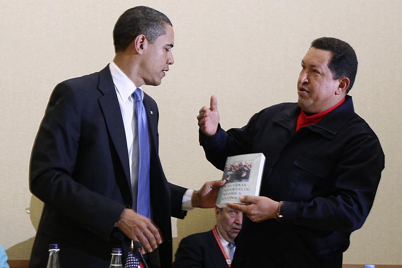 """Чавес вручает Обаме книгу """"Вскрытые вены Латинской Америки"""""""
