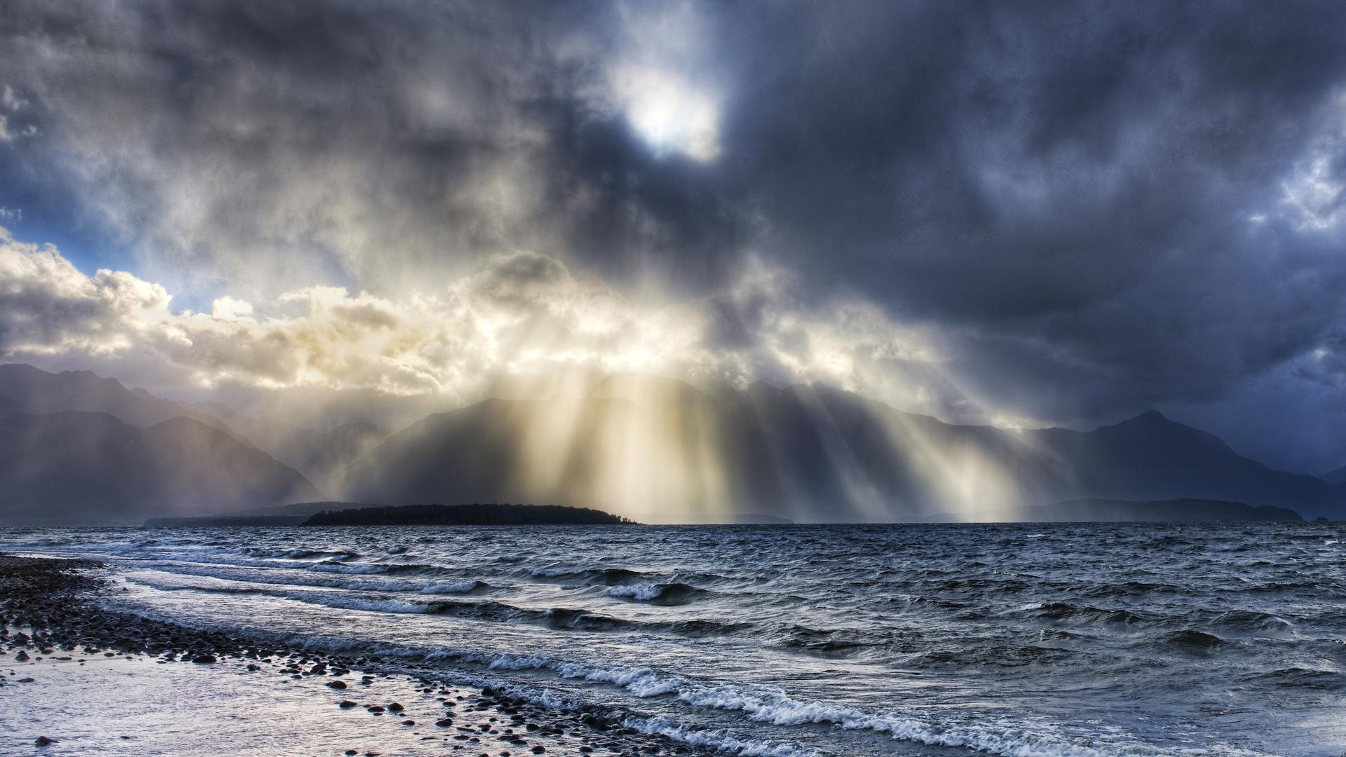 bereg-kamni-voda-volny-oblaka
