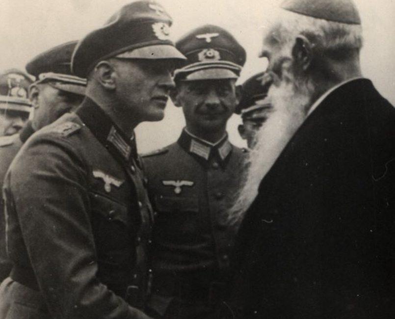 Коциловский с немецкими офицерами / Фото: kresywekrwi.neon24.pl
