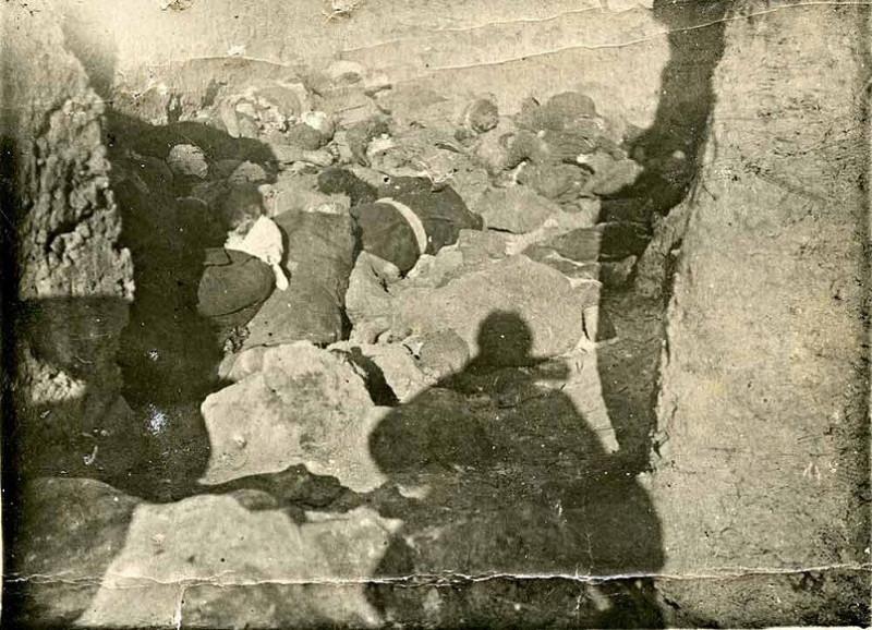 Жители деревни Чухонские Заходы, расстрелянные нацистами 24 февраля 1944 г. в помещении глинобитной риги. Из фондов Государственного архива Псковской области.