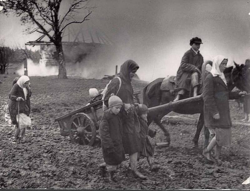Жители уходят в лес. Без даты. Из фондов Государственного архива Псковской области.