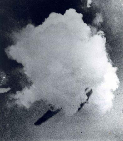 """Сюжет фотоснимка прост: почти над самой землей, взрываясь и распадаясь на кусочки, падает вражеский самолет. Какой он марки - """"юнкере"""" или """"мессер-шмитт"""",- в ожесточении взрыва определить невозможно."""