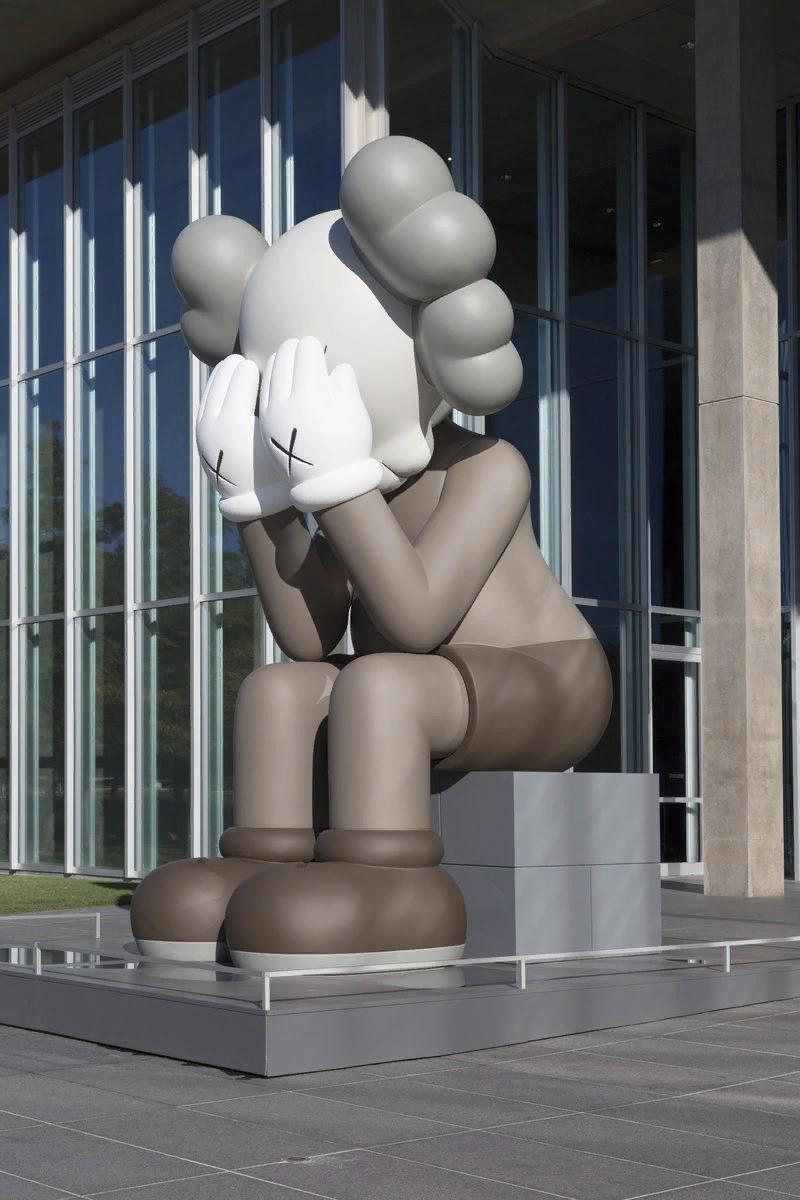 Брайан Доннелли (Кавс — Kaws). Companion (Passing through). Музей современного искусства в Форт-Уэрте