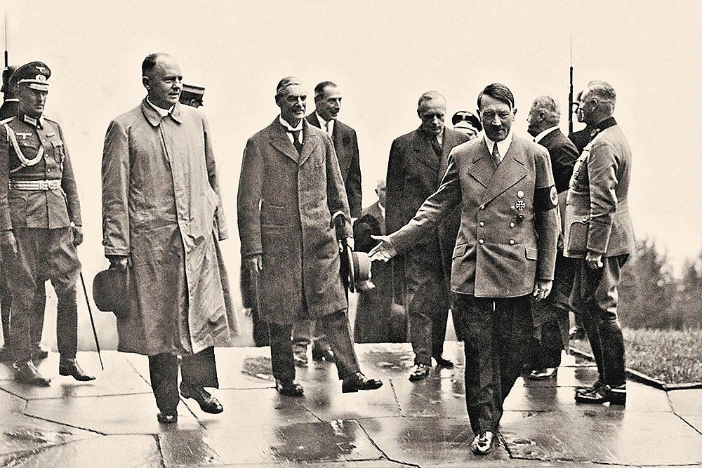 Адольф Гитлер с Невиллом Чемберленом во время визита премьер-министра Великобритании в Мюнхен. Сентябрь 1938 года.
