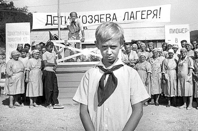 Пионерские лагеря для большинства советских детей были несказанным счастьем, хотя бы потому, что там досыта кормили. Кадр из фильма «Добро пожаловать, или Посторонним вход воспрещён». Мосфильм, 1964