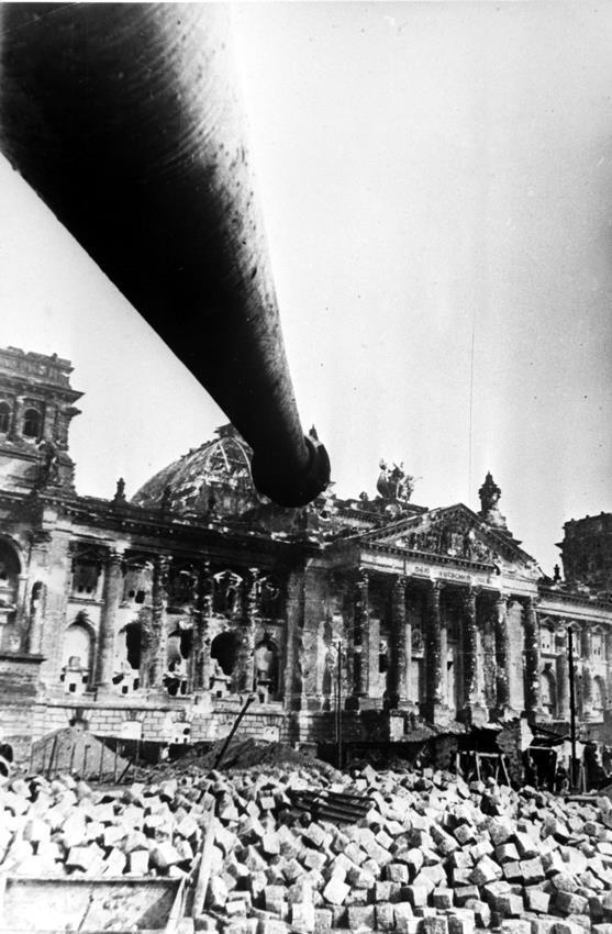 ИС-2 и Рейхстаг. Берлин, начало мая 1945 года