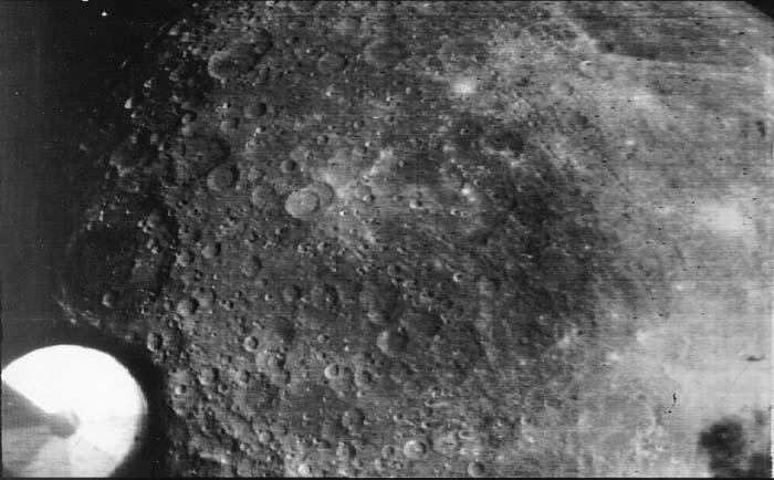 Один из снимков обратной стороны Луны, полученных АМС Зонд-3