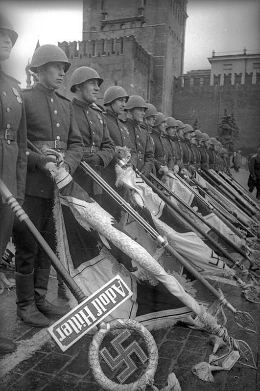 На Параде Победы 24 июня 1945 года. Поверженные фашистские знамёна