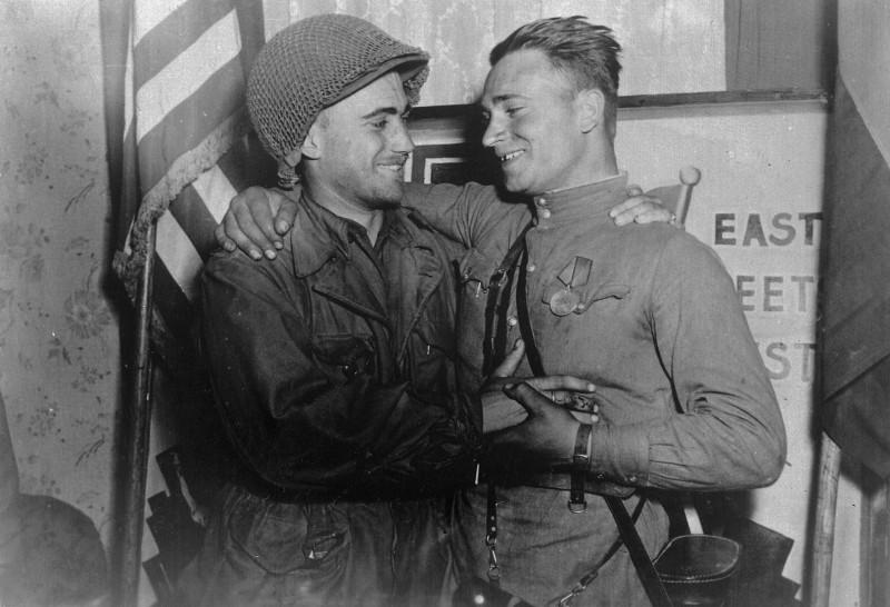 лейтенант Красной Армии Александр Сильвашко и американский лейтенант Уильям Робертсон, район Торгау, конец апреля 1945 года