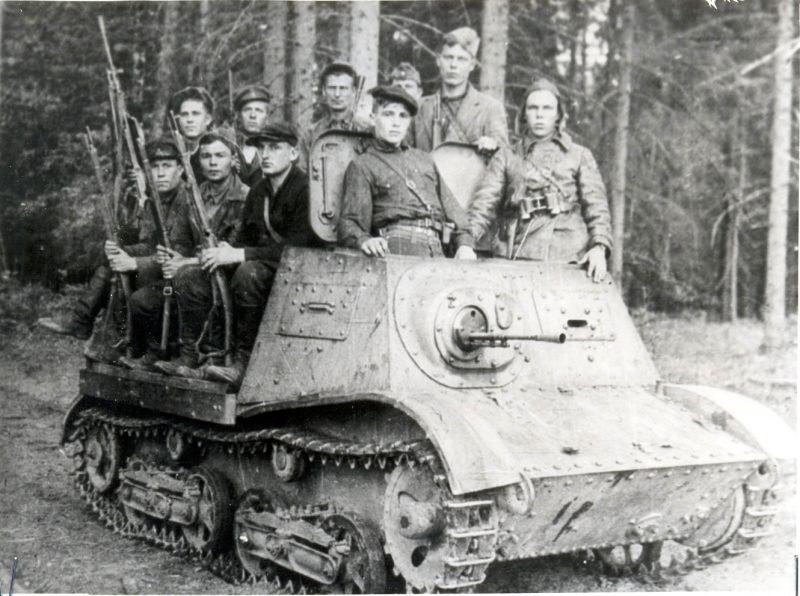 Бойцы партизанской бригады им. Пархоменко на артиллерийской тягаче А-20. Белоруссия, июнь 1943 г.