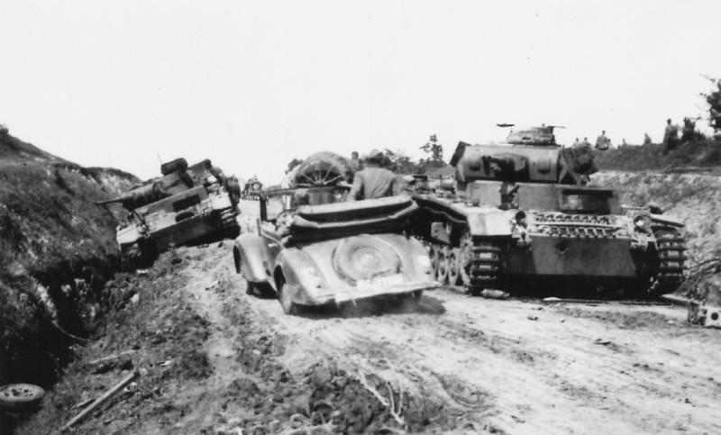 Немцы на штабной машине объезжают уничтоженные и ещё не убранные с дороги Pz.III
