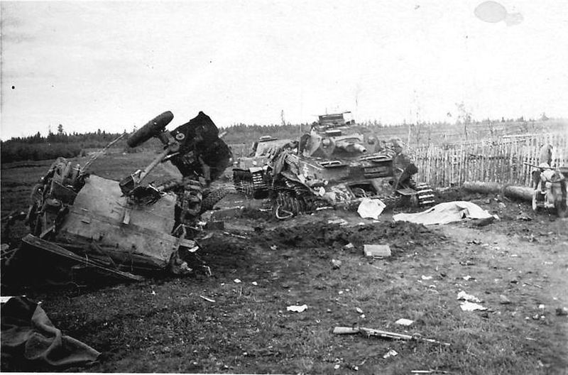 Разбитые немецкие танки и противотанковая пушка
