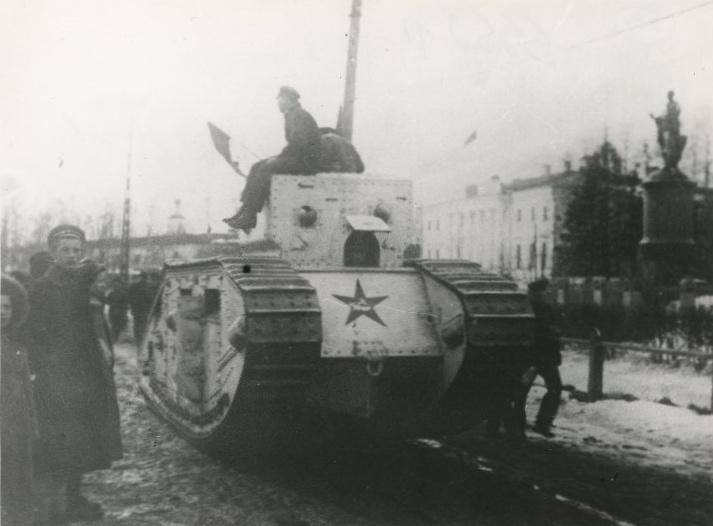 Трофейный английский танк Mark B на улице в Архангельске, 1920