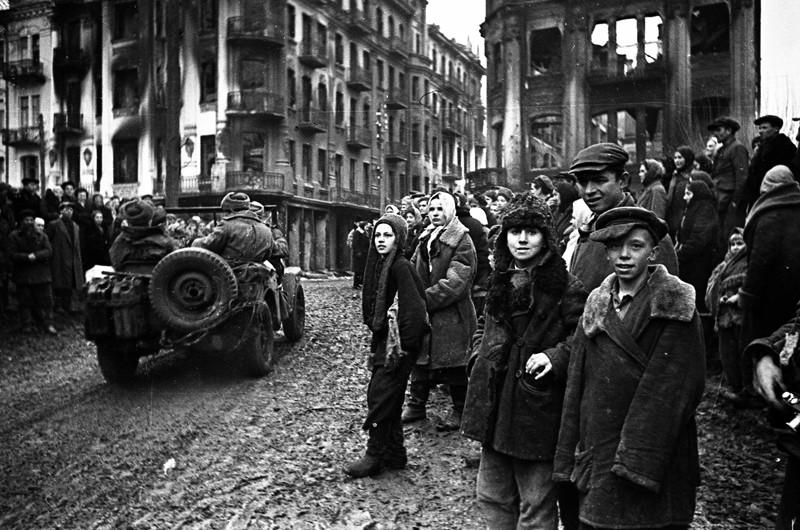 Встреча красноармейцев с жителями Винницы в день освобождения города