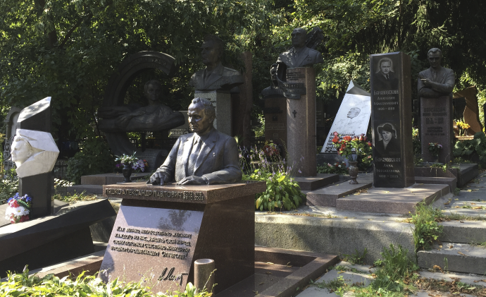 Памятник О. К. Антонову на Байковом кладбище.