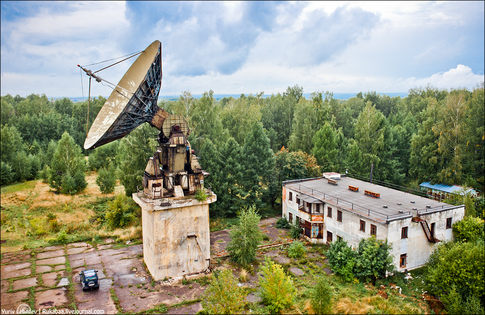 Радиотелескоп РТ-15-2 и здание управления радиотелескопами.