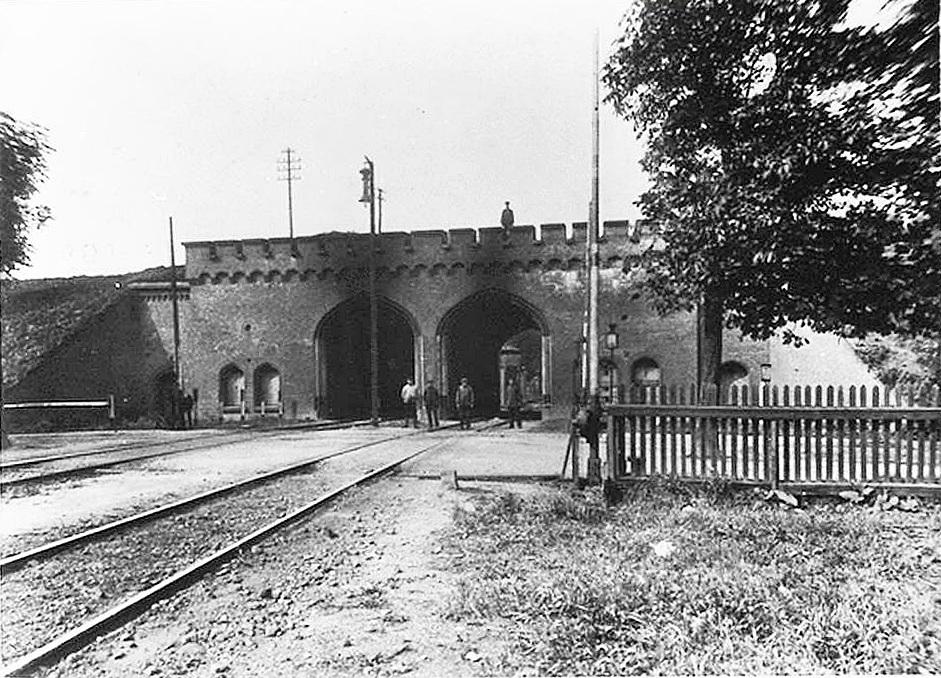 Eisenbahn Tor.JPG
