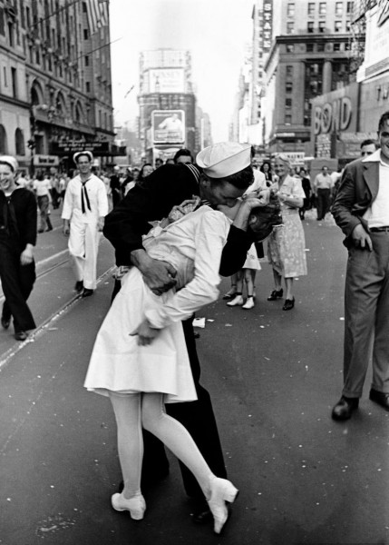 счастливый матрос целует медсестру на Таймс Сквер