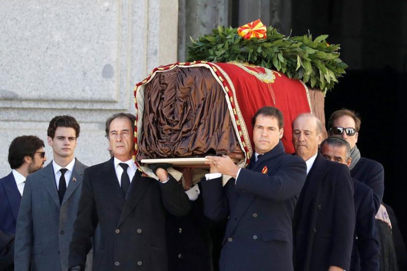 Гроб с телом Франко выносят из мемориала в Долине Павших.