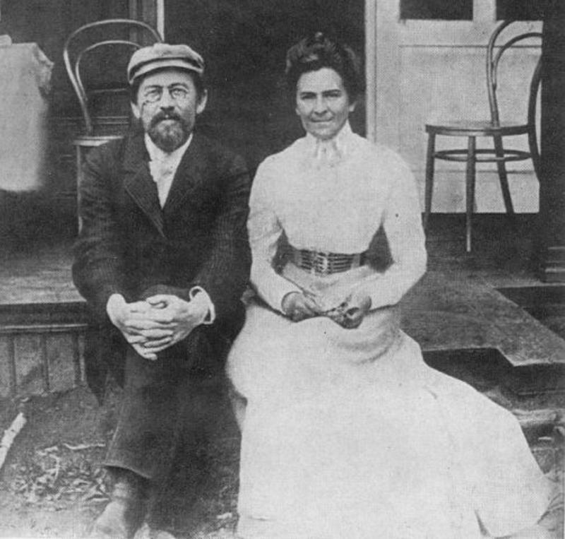 А.П. Чехов и О.Л. Книппер на крыльце домика в Андреевском санатории