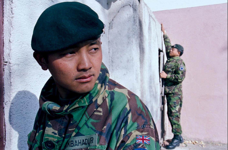 Gurkhas_search_a_building__Bosnia