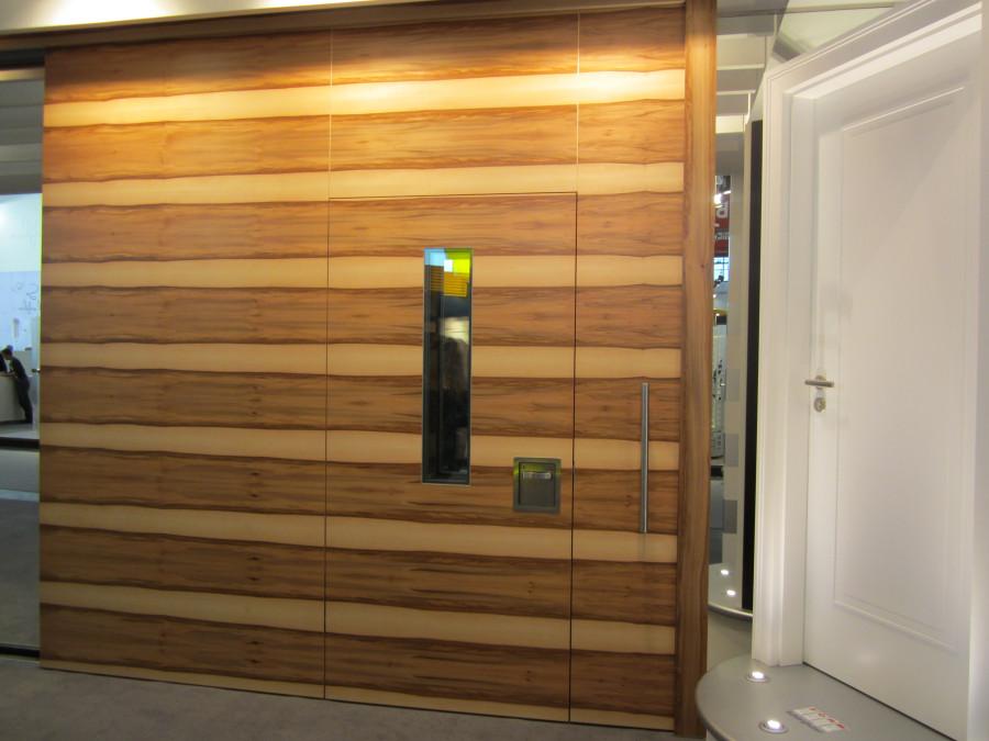 Огнестойкая конструкция откатной двери с встроенной распашной дверью со смотровым стеклом Schoerghuber на BAU 2013