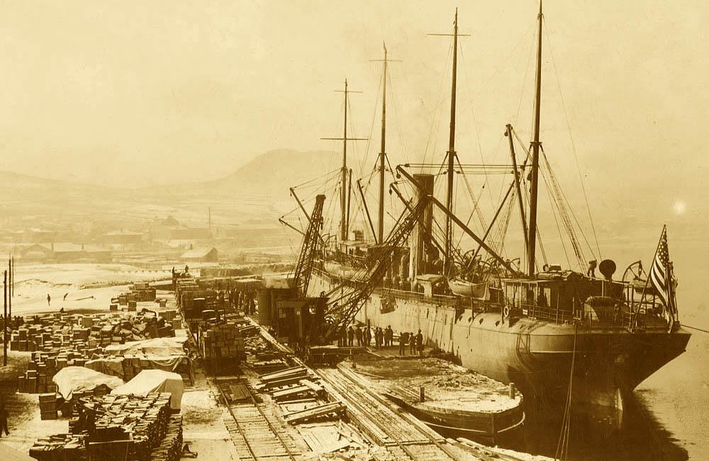 Разгрузка американского судна