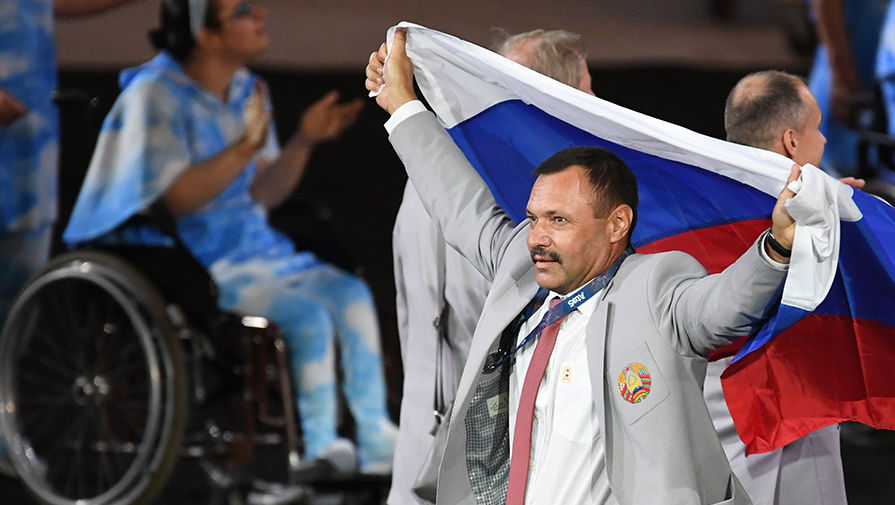 Белорус Андрей Фомочкин с российским флагом на Паралимпиаде в Рио-де-Жанейро