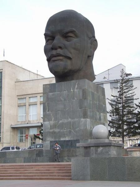 640186-World-s-Biggest-Lenin-Head-1