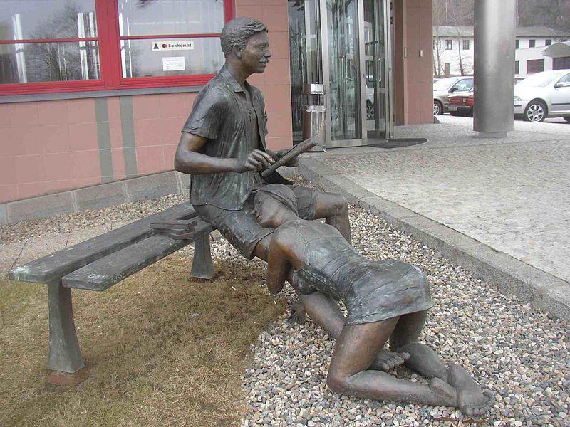 800px-Sculpture_Lea_Vivot_Bench_of_Vice_Prague_01