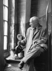 Picasso-en-la-rue-des-Grandes-Augustins_Paris_1952_Photo-Denise-Colomb