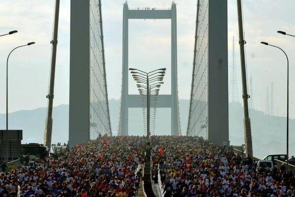 Народ переходит мост через Стамбул