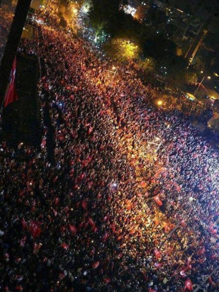 Толпа в центре Антальи
