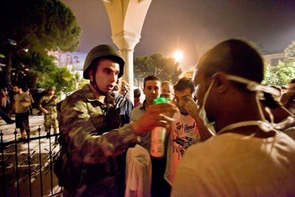 Военные оказывают помощь пострадавшим