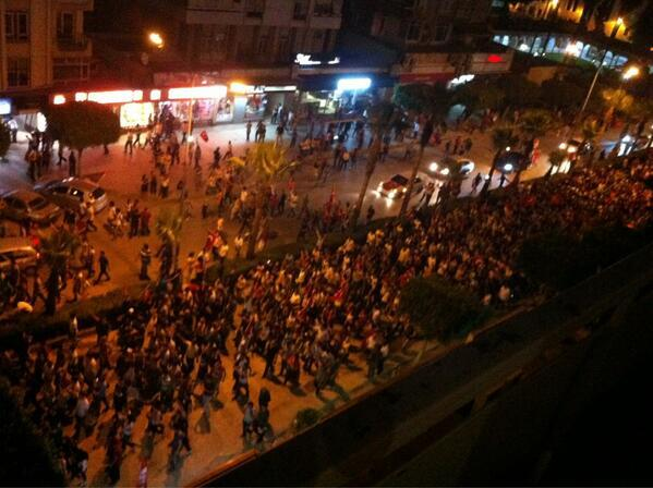 Adana is having a police-free evening with peaceful protesters marching and chanting