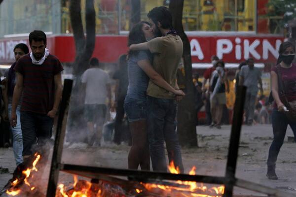 A kiss amidst the fire