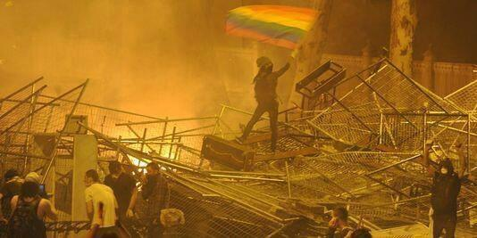 Радужный флаг на баррикадах Стамбула